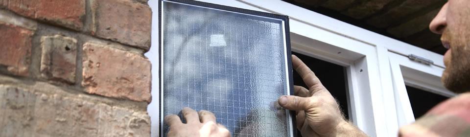 glas wordt geplaatst door glaszetter